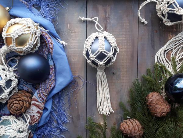 Ёлочный шар, украшенный плетением. Фото Дарьи Потебня