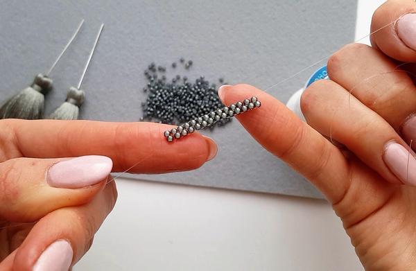 Плетём полоску нужной длины. Фото автора