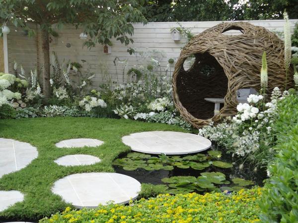 Прекрасный образец композиции с белыми цветами может быть источником вдохновения для посетителей цветочной выставки. Белый сад на выставке в Хэмптон-корт, (Лондон). Фото автора