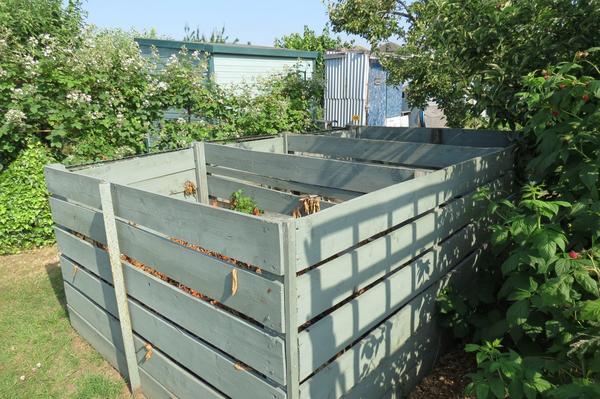 Образцовый 3-х секционный ящик со щелями в стенках, через которые происходит аэрирование компоста. Фото автора