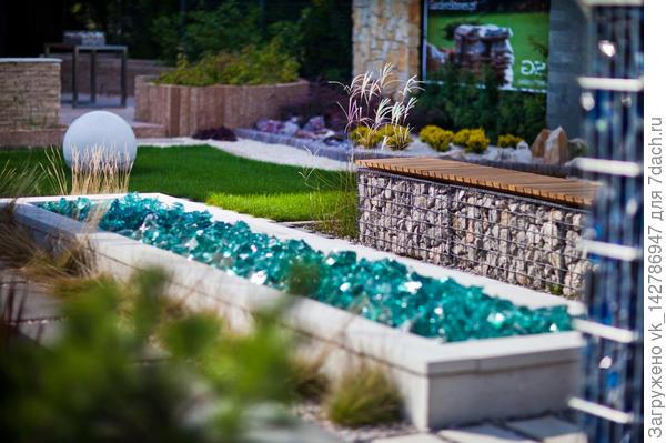 Лавочка из габиона, стеклянный камень для декора