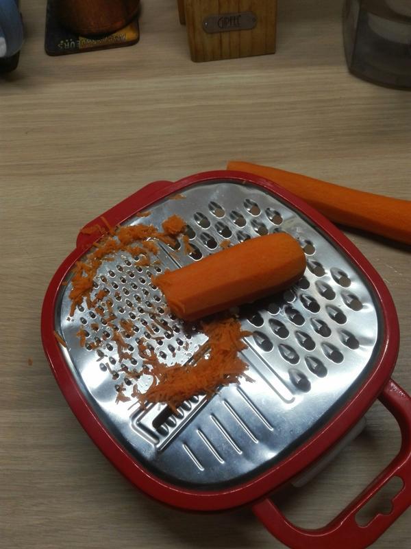 Чем мельче терка, тем незаметнее будет морковь в готовых кексах