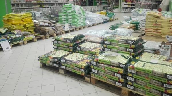 Магазины полны самых разных грунтов. Что выбрать простому дачнику?