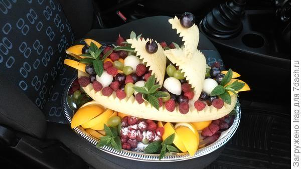 Ладья из дыни, ягод и фруктов