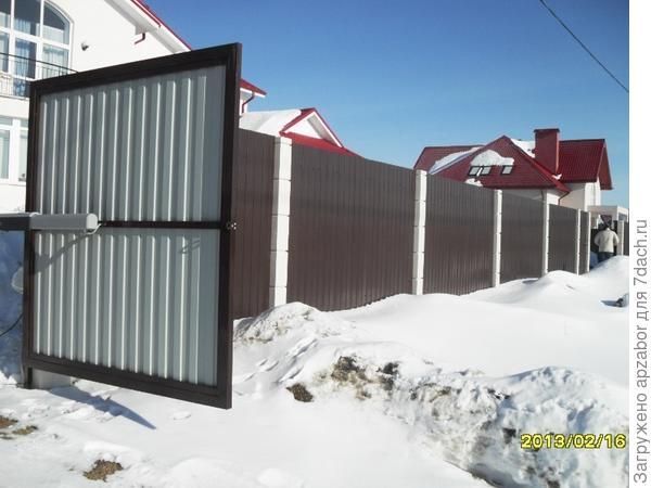 Забор из профлиста с бетонными столбами