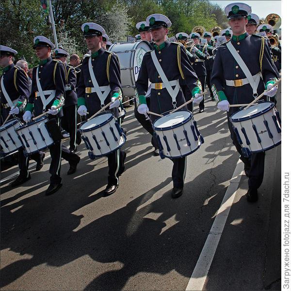Ну какой же парад без барабанов и ...