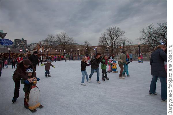 И чтобы не сильно перегружать себя  поразительным мастерством местных художников - оформителей,попробуем устоять на коньках...
