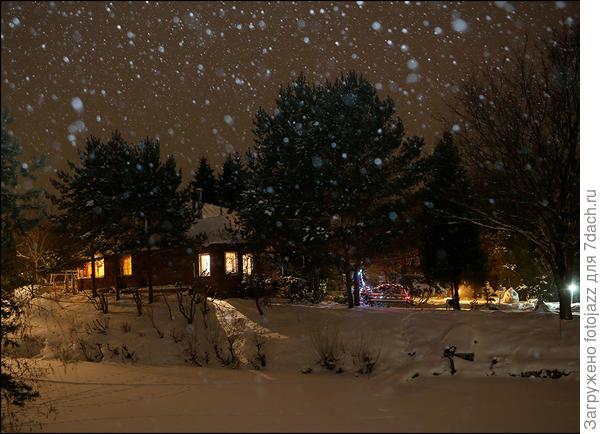 А это Федин домик в ночи под Новый Год.