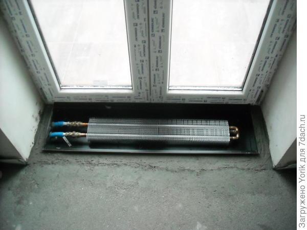 """Под балконные двери вмонтированы тепловые конвекторы. Это позволило убрать из комнаты батарею, и конвектор великолепно создает """"тепловую завесу"""", при открытой на проветривание двери."""