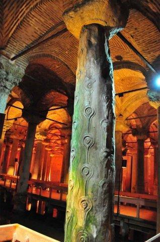 Одна из нескольких отличающихся колонн