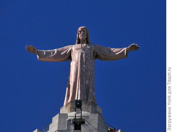 И скульптура Христа обнимающая весь мир и хранящая этот город