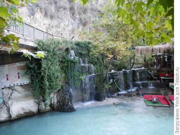 Первое что мы видели, небольшой искусственный водопад и зону расставания с деньгами (кафе, ресторанчики, сувенирные лавки)