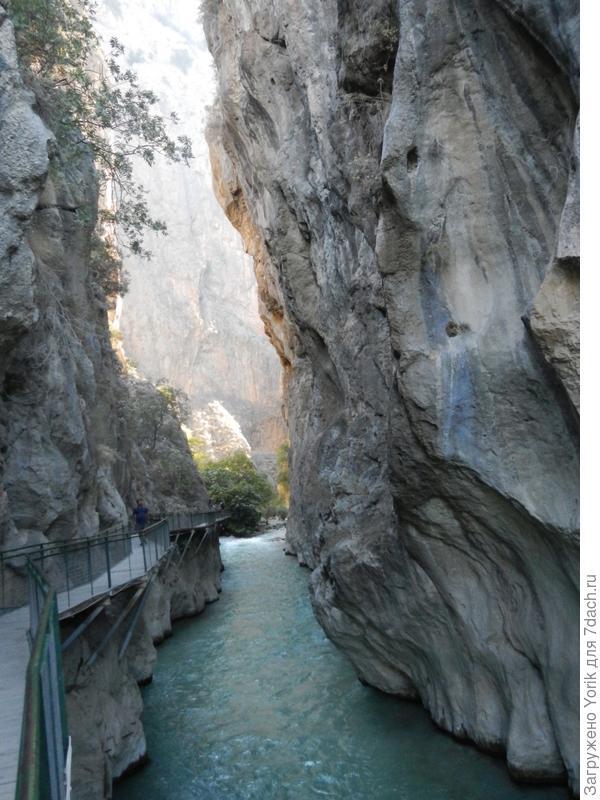 Итак, в скале мы увидели довольно узкую расщелину из которой и вытекала речка. Дорожка вела именно к ней. Заходим в расщелину