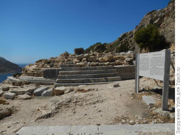 Сейчас от храма сохранился только фундамент. Но знаменит храм, тем что в нем