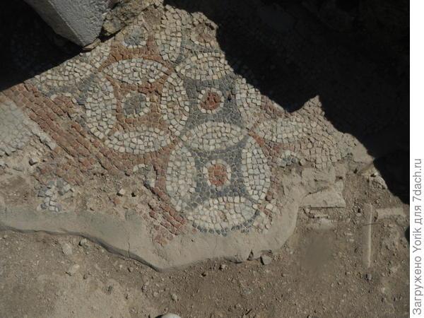 На полах домов где то сохранилась мозаика