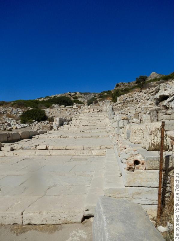 """Один из главных """"проспектов"""" города? ведущий к храму Афродиты. Справа видна сделанная из керамики водопроводная труба"""