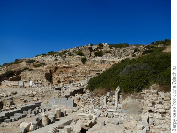 И тут же античные постройки различных эпох
