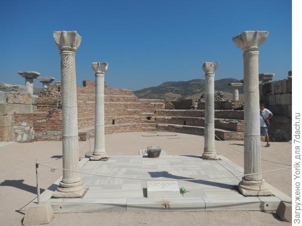Остатки базилики на месте предполагаемой могилы Иоана Богослова