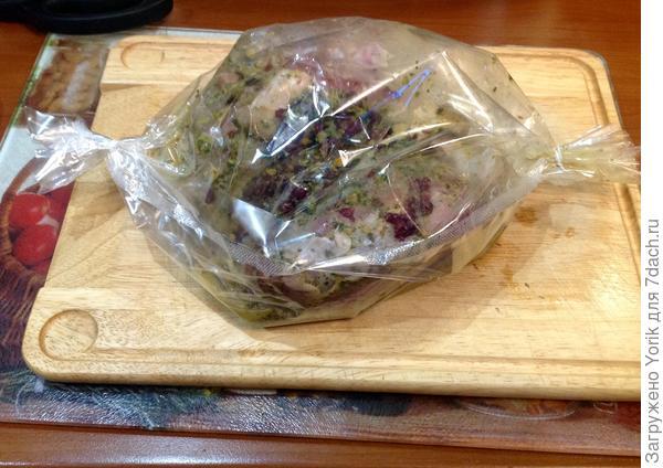 После этого выкладываем в пакет для запекания, и ставим на 1 час в духовку разогретую дотемпературы 180 градусов