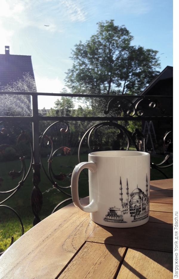 Пока поливается газон, можно попить кофе.