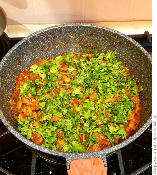 После того как смесь мяса и овощей поджарилась, добавляю соевый соус, томаты, довожу до кипения, тушу минут пять