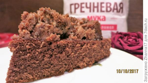 Несмотря на некоторые опасения, пирог оказался удивительно гармоничным по вкусу, гречишный аромат тонко оттеняет шоколадный, оставляя необычное послевкусие.