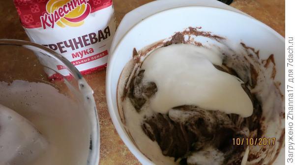 В три приема вводим белки в тесто. перемешиваем осторожно.