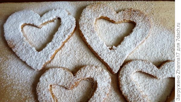 Посыпать сахарной пудрой верхние половинки печенья.