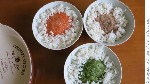 И во все три части добавляем по две столовые ложки отваренного риса