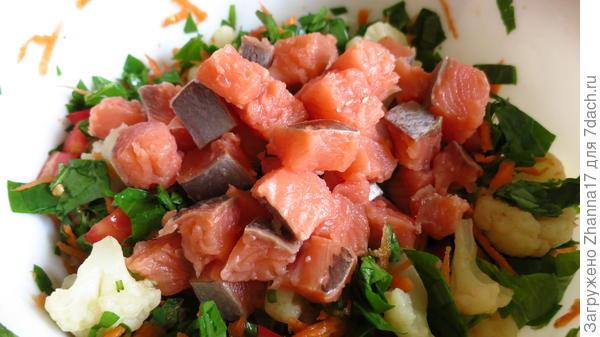 Добавляем лосось к овощам