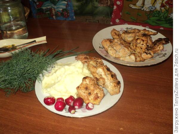 А вот и ужин для Сережи)) Толченка с деревенской сметаной, свеженькие редиска и укропчик и мяско))