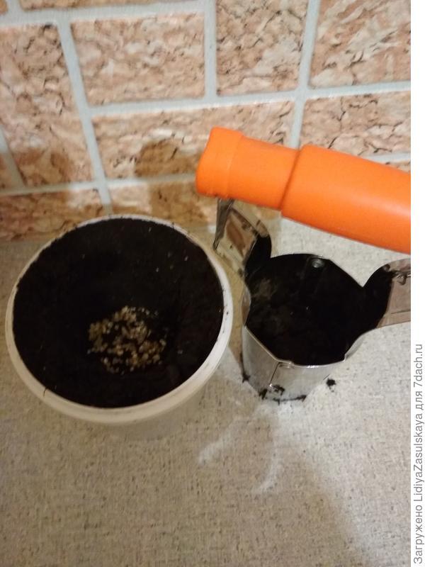 Вынутый грунт в сажалке. На дно получившейся ямки можно добавить удобрение