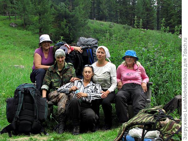 А это мы, девчата, в центре Татьяна - наш инструктор