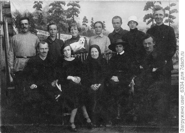 прабабка с детьми, зятьями и невестками. Моя бабушка - с собачкой на руках. Начало 30-х.