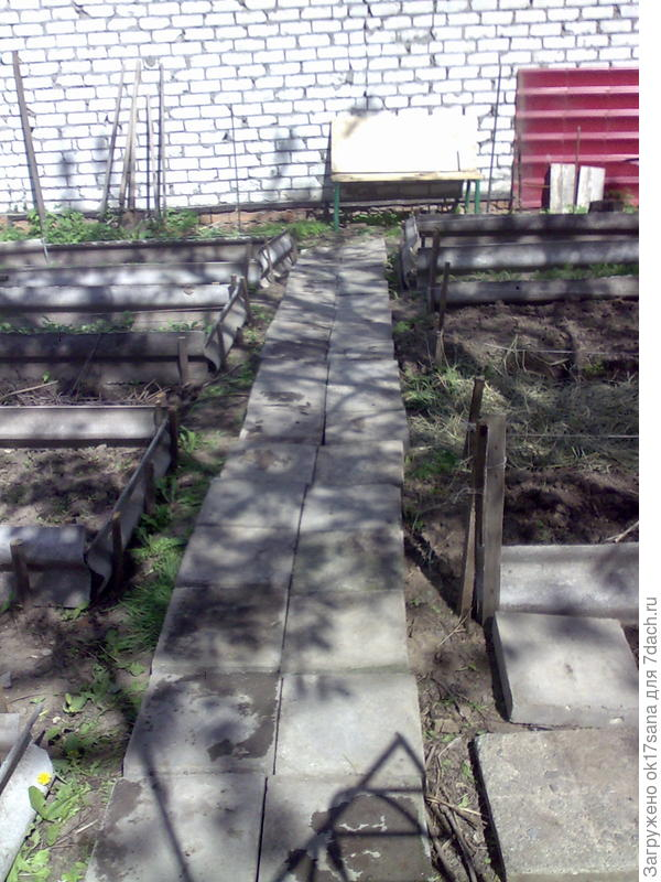 Грядки, дорожка к ним и скамейка (возле нее с двух сторон посеяны цветы) для отдыха и загорания)).