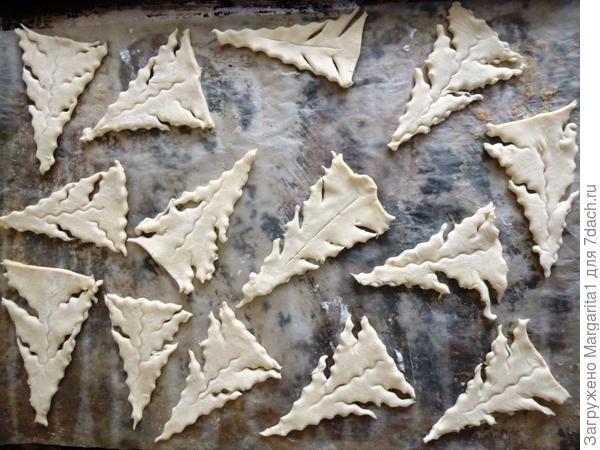 """Перенесите """"елочки"""" на противень, покрытый пергаментной бумагой"""