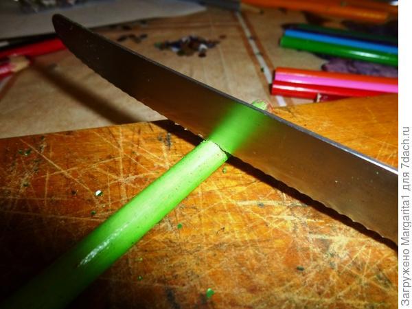 Нарежьте карандаши нужной длины; каждый следующий кусочек на 5 мм короче предыдущего.
