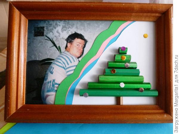 В рамку вставьте фотографию, обрежьте произвольно край белой бумаги,декорируйте разноцветной бумагой.