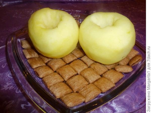 На дно блюда положите подушечки,залейте их коньяком,сверху положите яблоки