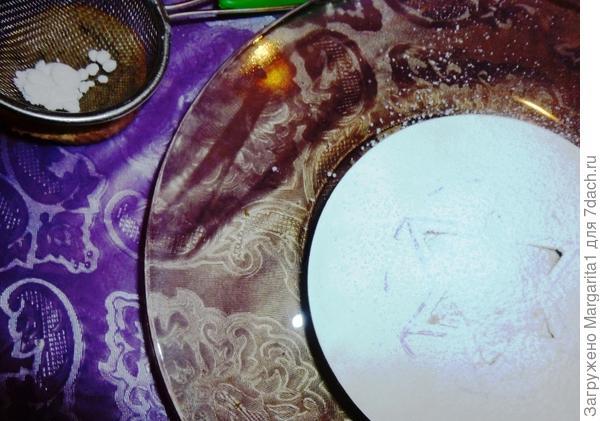 Вырезаем на плотной бумаге звезду, прикладываем шаблон к крышечке и посыпаем сахарной пудрой через ситечко.