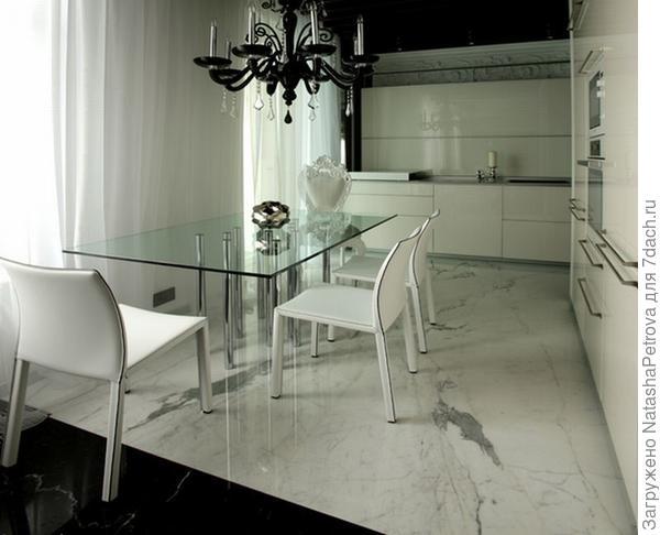 Полы кухни в частном интерьере.  Материал: мрамор - Bianco Stattuario, Nero Marquina. Фото с сайта http://nensy.ru/