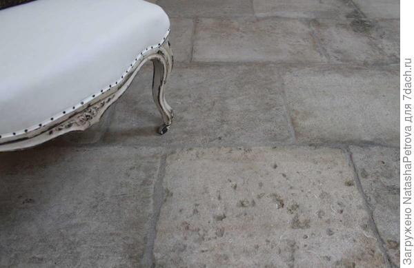 Старинные полы из серого прованского известняка. Возраст - около 200 лет. Фото с сайта http://vintagesurface.com/