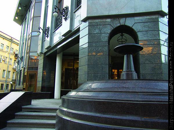 Отделка гранитом цоколя здания и входной зоны. Фото с сайта http://sardys.spb.ru/