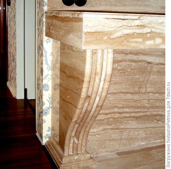 Деталь подстолья, склеенная из пяти плит с фасонным краем. Фото из архива камнеобрабатывающей компании Петрополь