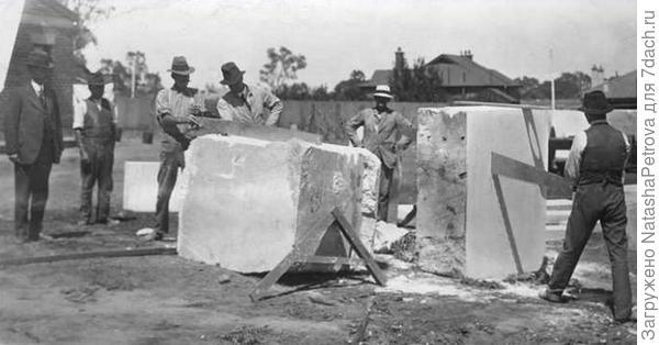 Распил каменного блока. 1920 год. Фото с сайта https://cont.ws