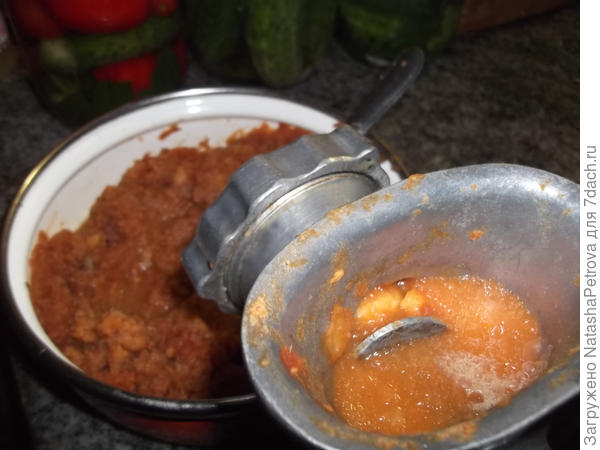 Попытка измельчить яблоки с помощью мясорубки