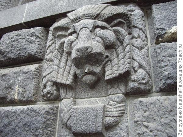 Декоративный элемент фасада из гранита. Доходный дом Вавельбергов, Санкт-Петербург. Фото с сайта http://pantv.livejournal.com/