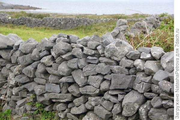 """Забор, сложенный по технологии """"сухая кладка"""". Остров Инишир, Ирландия"""