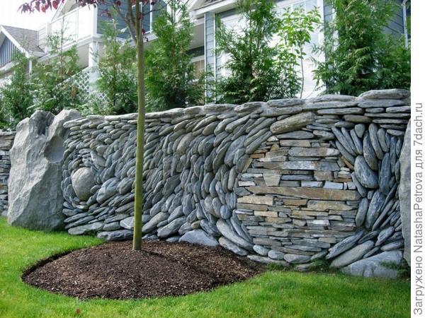 Забор из камня как арт-объект. Фото с сайта http://blackthumbgardener.com/