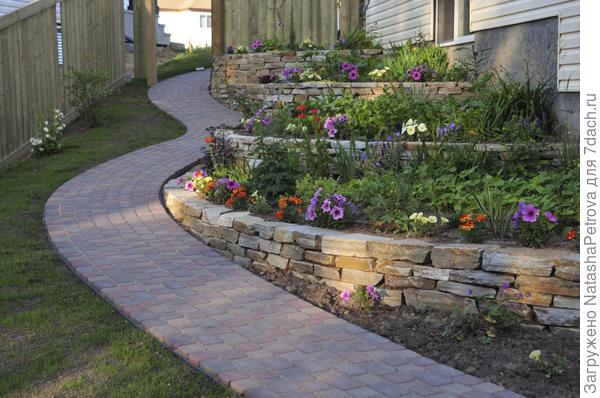 Террасы цветника, образованный подпорными стенками из камня. Фото с сайта http://www.hsmlandscaping.ca